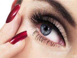 嫁接睫毛胶水弄到衣服上怎么去除 嫁接睫毛胶水如何卸掉